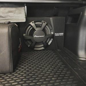 Установка сабвуфера Toyota Land Cruiser 150